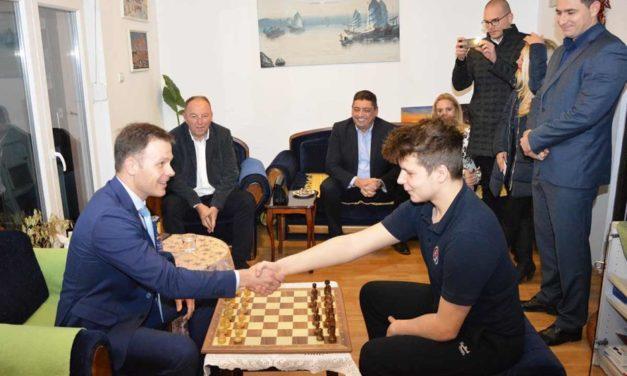Gradonačelnik Beograda u poseti šahovskom talentu